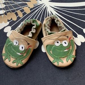 Robeez 0-6 month gently worn - frogs!